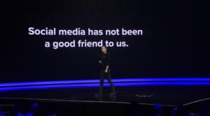 壇上から既存のソーシャルメディアの問題について話しかけるブレンダン・ブレマーCEO(B1June公式動画より)
