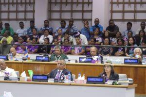 議会で発言するヒルダ・ハイネ大統領